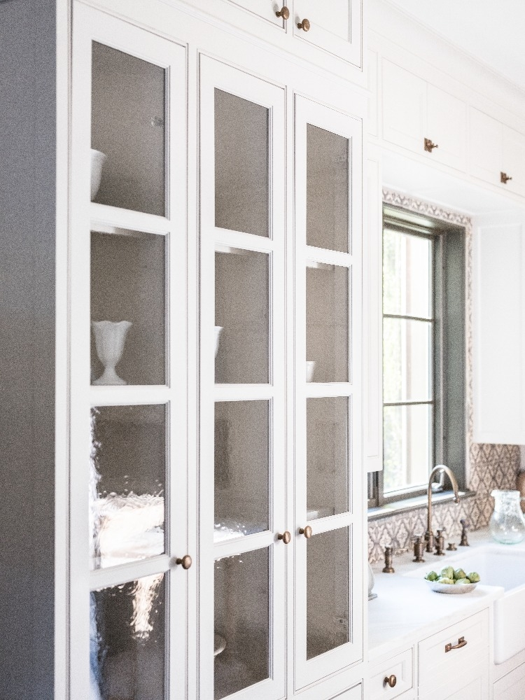 White kitchen cabinets at our Modern Mediterranean project. Curated by Kristin Mullen and Photography by Marc Montoya of Billy Surface